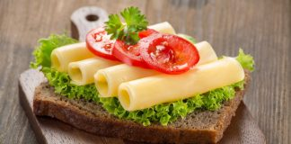 Kanapka przygotowana przy użyciu krajalnicy do chleba